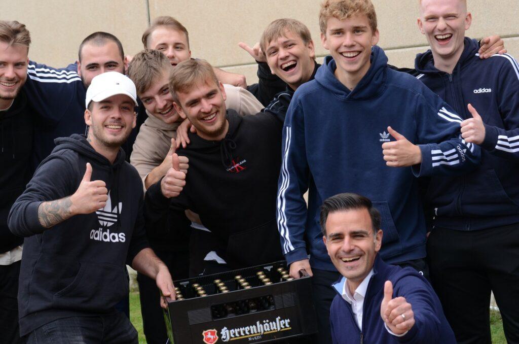 Provenzano besucht Fußballspiel in Schloß Ricklingen